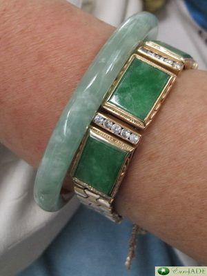 bracelets en jade jadéite (B+C) portés par une passagère vietnamienne à  l\u0027aéroport de Danang, Vietnam